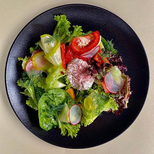 Салат из сезонных овощей с соусом дзадзики