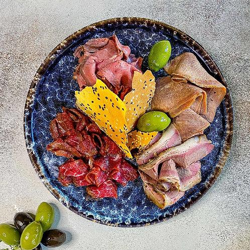 Мясная тарелка (ростбиф, мясные гриссини, пиканья горячего копчения, грудинка)