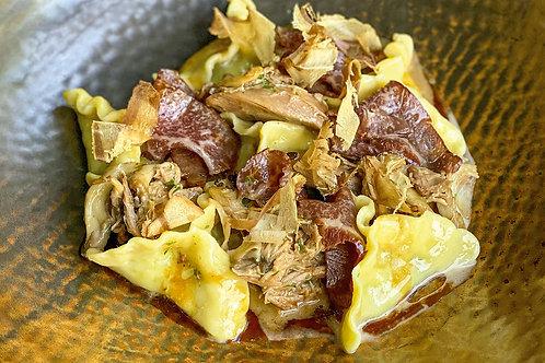 Картофельные равиоли  с томленой уткой,  жареными грибами и воздушной бонито