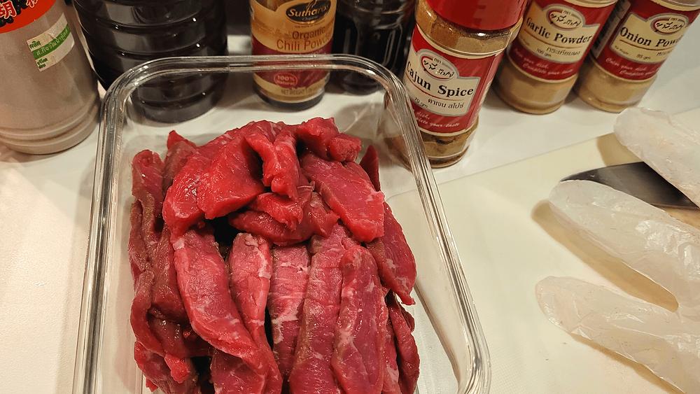 ชิ้นเนื้อที่แล่ก่อนนำไปหมักทำเนื้อแห้ง