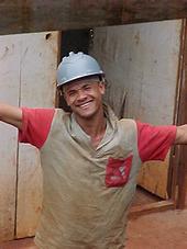 trabalhador da construção civil feliz