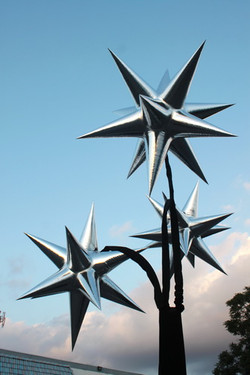- 3 metallic Stars on a TriStand  em_1