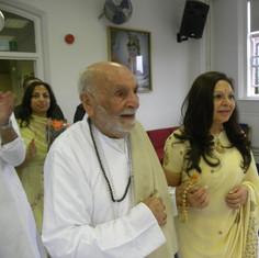 Pujya Rambapa entering Sindhi Mandir