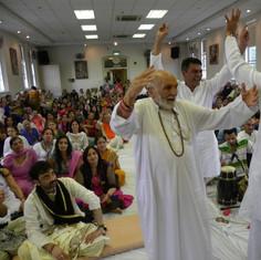 Pujya Rambapa dancing with devotion