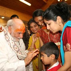 Pujya Rambapa seeing all as one