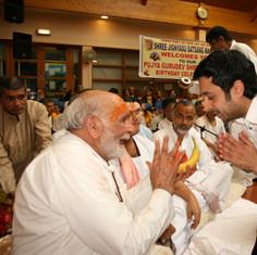 Pujya Rambapa giving prashad
