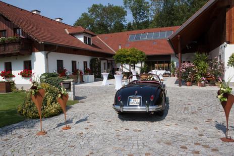 Innenhof Kienbauerhof mit Oldtimer