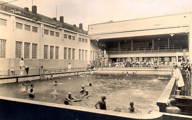 Een zwembad met open dak