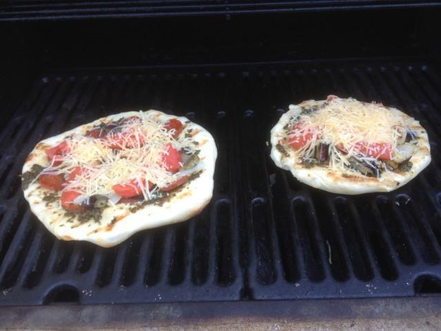 Grilled pesto pizza