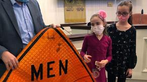 Meninas conseguem mudar placas de trânsito focadas só em homens