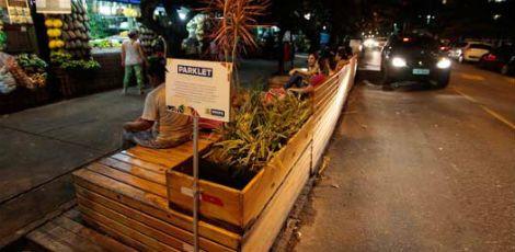 Parklets, espaços sustentáveis de convivência, poderão virar equipamento obrigatório nas cidades