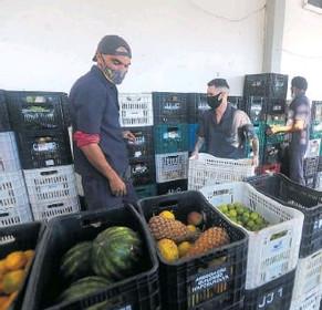 Material reciclável vira moeda para trocar por comida