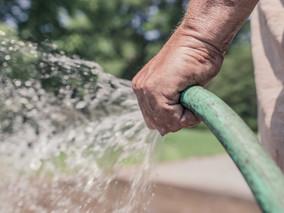 Limpeza de calçada com água potável está proibida no Rio