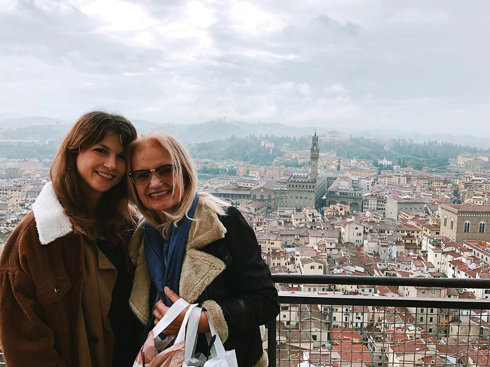 Mireia Lemons y su madre Tere, vistas desde la capilla del Duomo