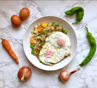 Arroz integral con salteado y huevo no frito