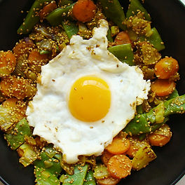 Huevo a la plancha con vegetales de temporada
