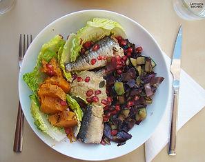 Ensalada de temporada con sardinas en conserva