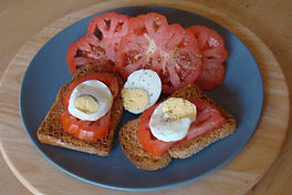 Tostadas con tomate y huevo hervido para desayunar