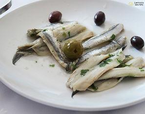 Boquerones con aceite de oliva virgen,  ajo y perejil