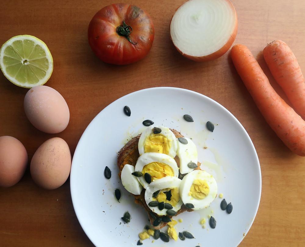 Pan con huevo hervido