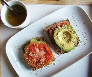 Pan con aguacate, sésamo y tomate