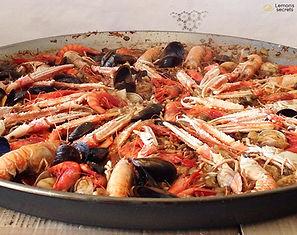 Paella de gambas y otros crustáceos