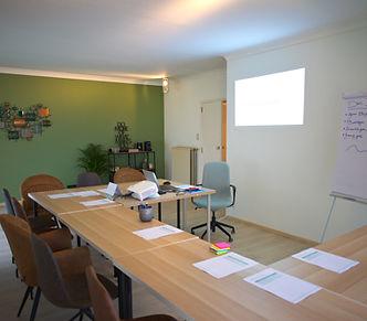 Groepsruimte bij Anthentiek in Limburg. Onze groepsruimte kan training geven aan groepen tot 12 mensen. Tijdens deze training (bv. Assertiviteitscursus) hebben mensen toegang tot ons terras, toilet en koffiemachine.