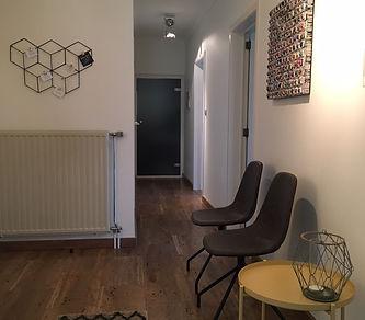 Wachtruimte bij Anthentiek. Ook onze wachtruimte hebben we geprobeerd gezellig en warm in te richten. Cliënten die voor therapie of loopbaancoaching komen moeten zich thuis voelen in onze praktijk uit Hasselt (Limburg).