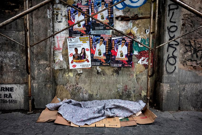 """LUGAR COMUM/ COMMON PLACE  Lugar Comum é uma série sobre a situação de pessoas que vivem ou dormem ocasionalmente nas ruas do Rio de Janeiro.   Ela foi premiada com o terceiro lugar, categoria profissional, na edição de 2019 (tema """"Populismo"""", no sentido de igualdade social) do FINI - Festival Internacional da Imagem, que acontece anualmente na Universidade de Hidalgo, México.   Common Place is a series on the situation of people living or occasionally sleeping in the streets of Rio de Janeiro. It was awarded third place, professional category (on the theme of """"Populism"""", as in relation to social equality), at the 2019 FINI - International Image Festival, that takes place every year in the University of Hidalgo, Mexico."""