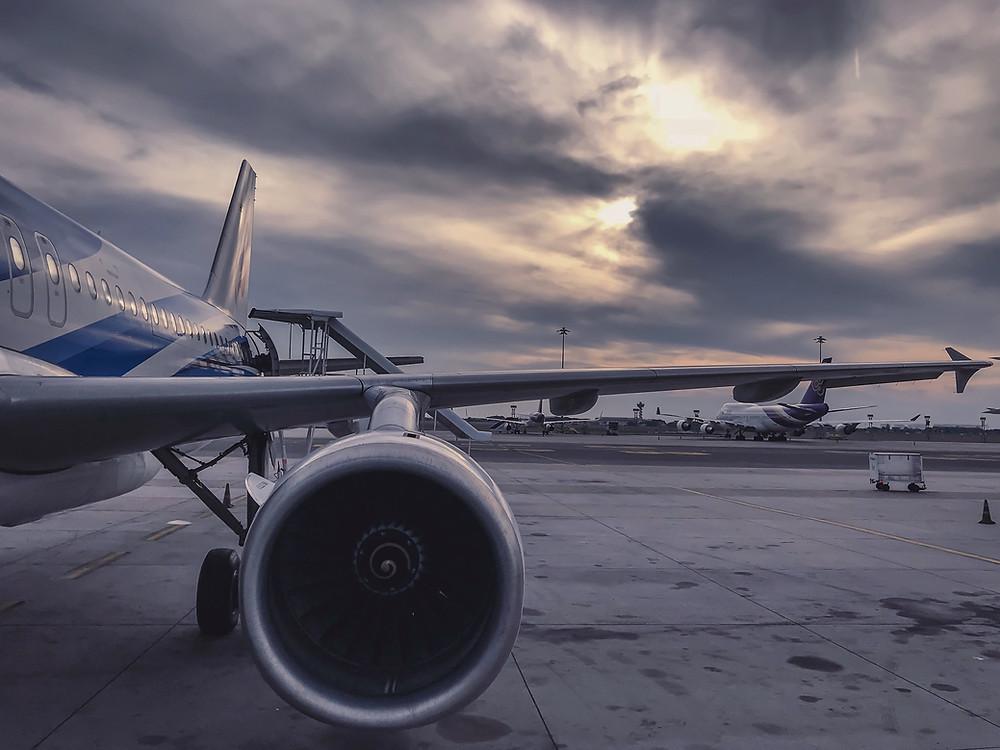 Un avion sur un tarmac.