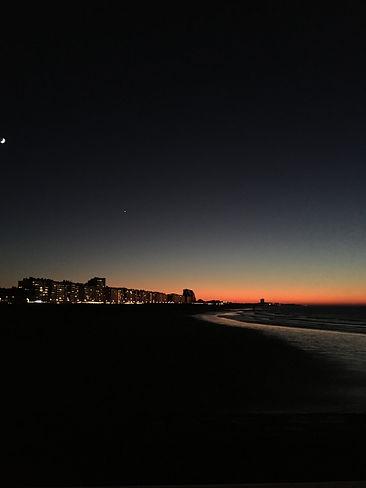 immeubles le soir à la tombée de la nuit, coucher de soleil, sunset, bord de mer