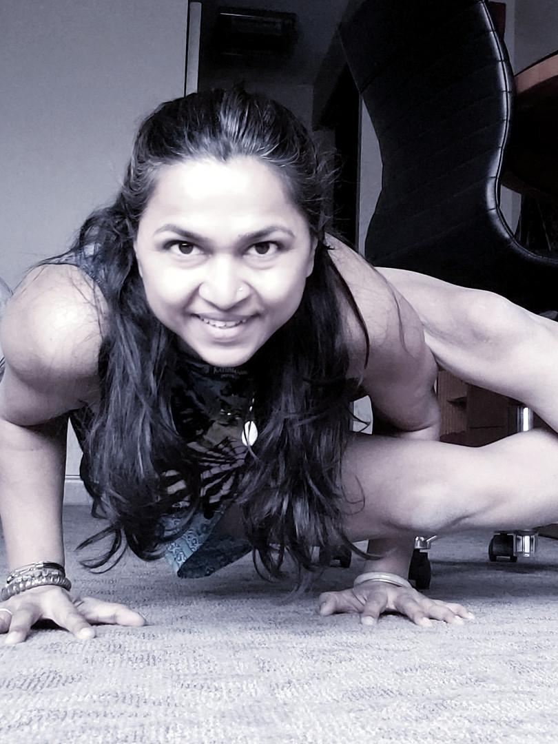 yoga_anusuiya_ashtavakrasana.jpg