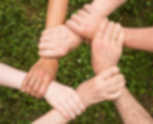Des personnes se tiennent leurs mains pour exprimer la cohésion