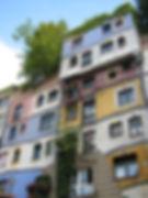 Une façade colorée avec des arbres d'un appartement en ville