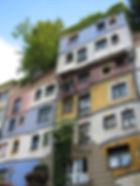 la façade colorée avec des arbres d'un appartement en ville
