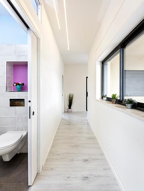 מסדרון-תאורה מקבילה ודלת הזזה לכיס-עיצוב