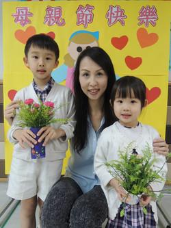 母親節獻花給最愛的媽媽