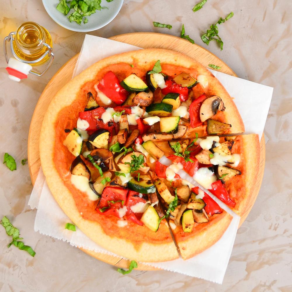 Pizza hummus met gegrilde groenten