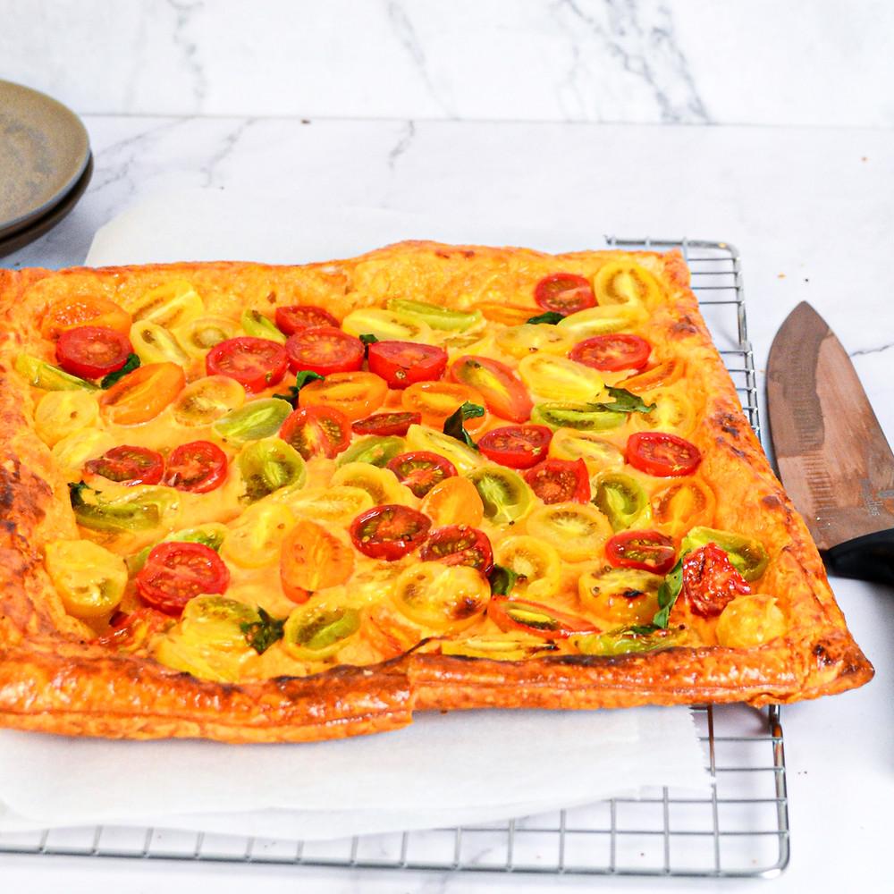 Plaattaart met pittige mascarpone en tomaatjes