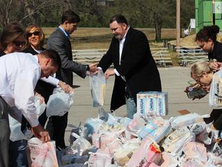 Volunteers put food in the hands of veterans