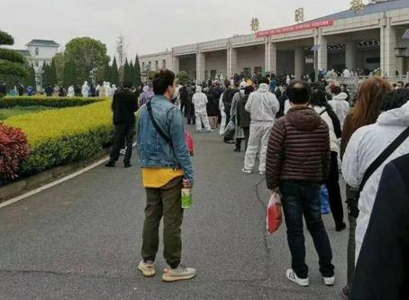 Kina prijavila samo 3298 umrlih - u Vuhan, beskrajni redovi za pepeo umrlih od Koronavirusa