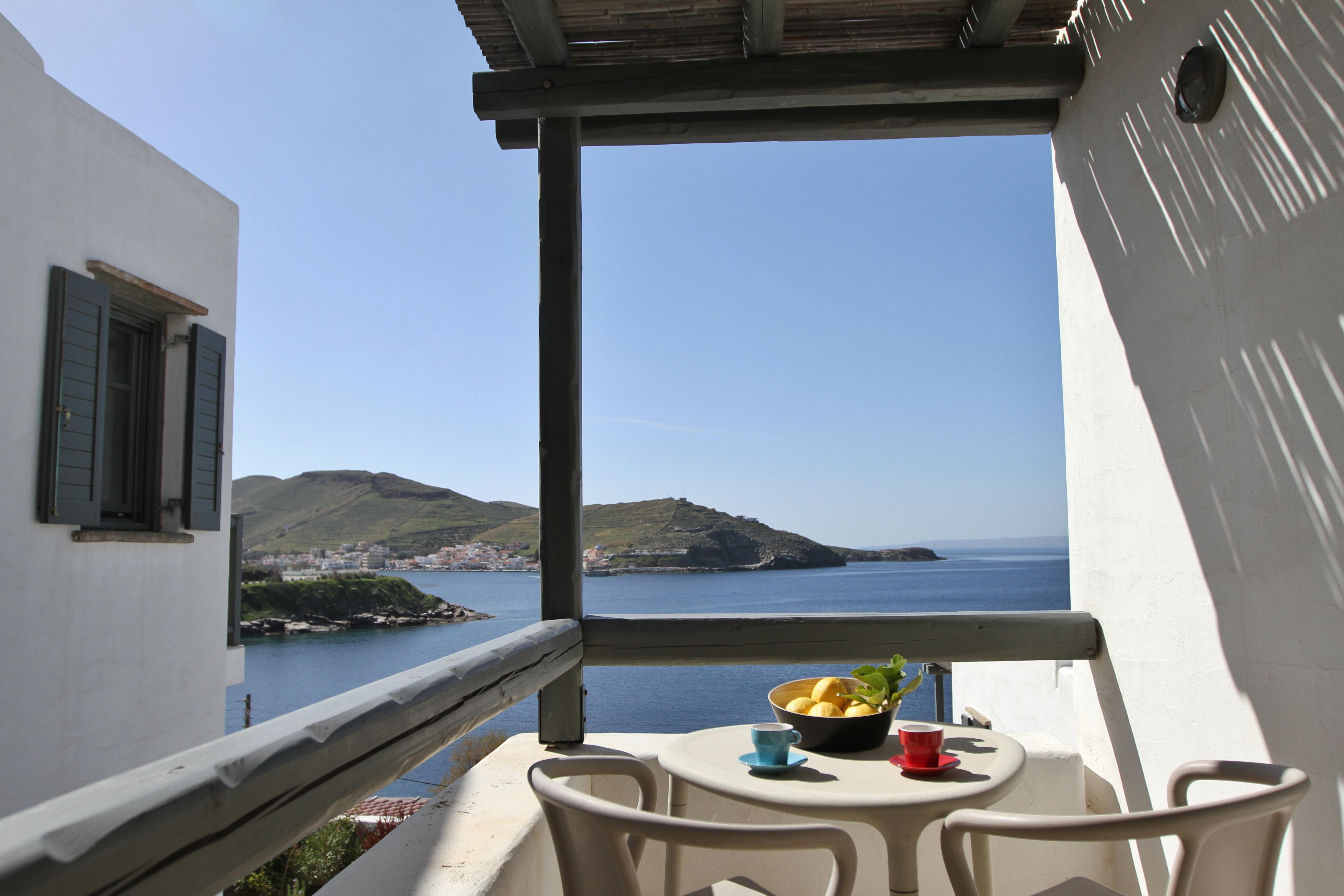 Θέα στη θάλασσα από το μπαλκόνι