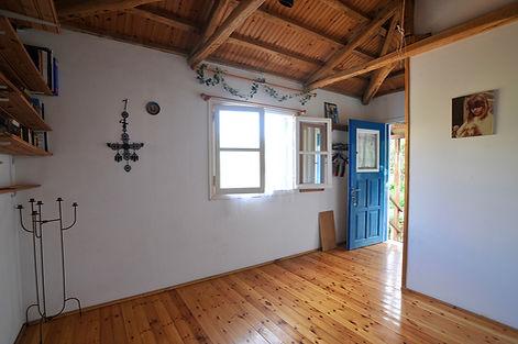 Studio room with en suite shower room.