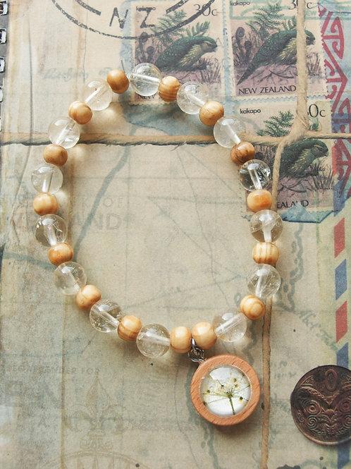 Holz- und Edelsteinarmband Doldenblüten weiß