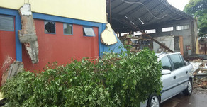 Vento forte e chuva derrubam parede de loja de materiais de construção em Palotina
