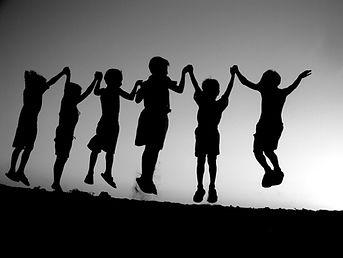 groupe d'enfants joyeux ensemble