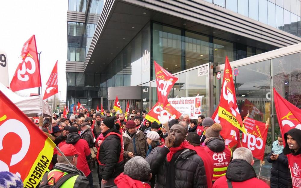 Massy, jeudi 7 décembre 2017. Plusieurs centaines de personnes ont pris part à ce rassemblement devant le siège de Carrefour France. LP/Gérald Moruzzi