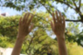 mains au ciel.JPG