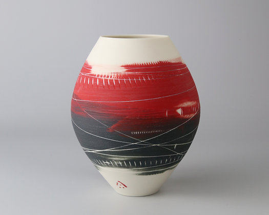 Small rounded pot. Red & black
