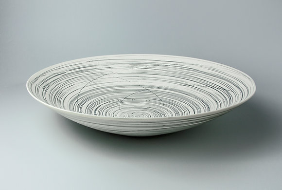 Wide, shallow bowl. Black lines